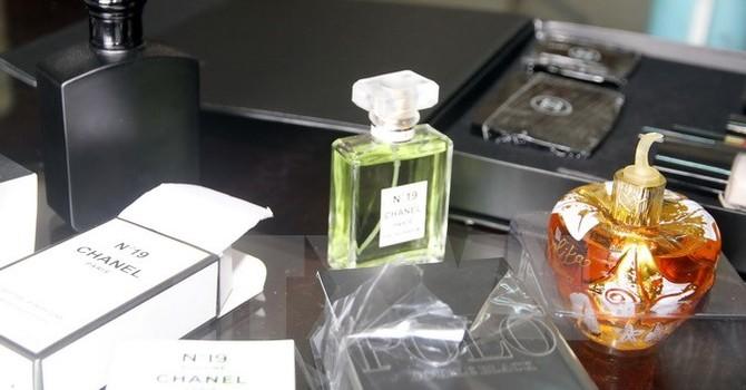Hàng trăm lọ nước hoa Chanel và nhiều mỹ phẩm không nguồn gốc
