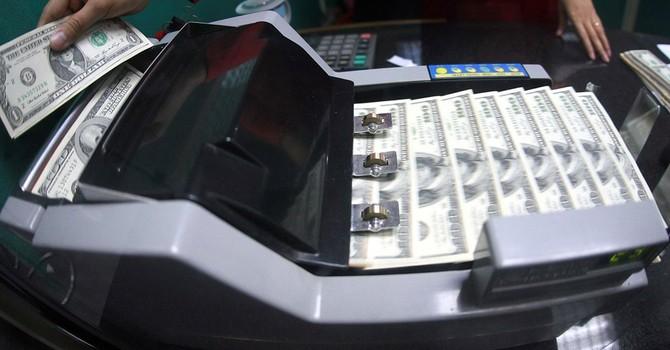 Bán ngoại tệ cho ngân hàng, khi cần mua có được ưu tiên?
