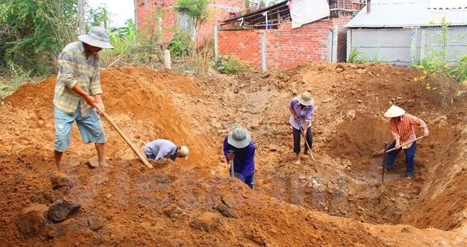 Khô mặn khốc liệt, người dân miền Tây đào giếng vét nước ngầm