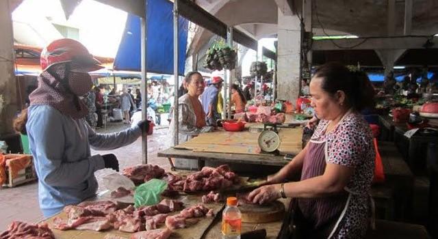 """Cá chết la liệt, dân """"cạch"""" cá biển, thịt lợn tăng giá vẫn thiếu hàng"""