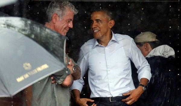 Tổng thống Obama mua cốm trước khi rời Hà Nội