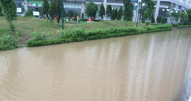 Hà Nội: Tạnh mưa hai ngày, khu dân cư vẫn bị biển nước bao vây
