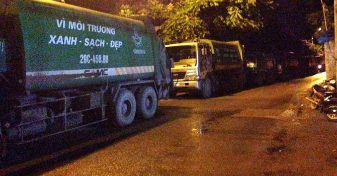 Bất bình ô nhiễm, dân Hà Nội chặn hàng trăm xe rác ùn ứ