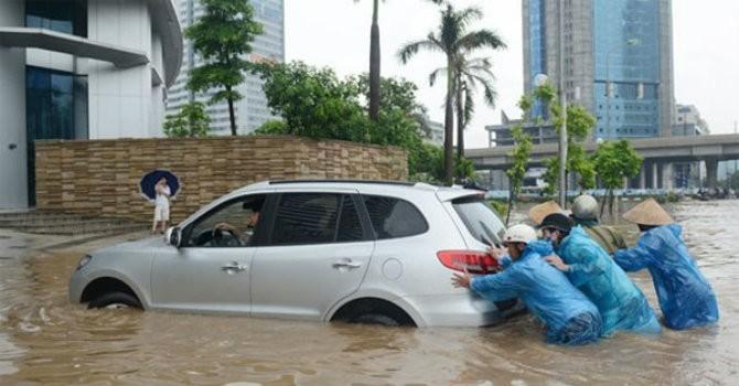 """Cố lao xe ô tô vào vùng ngập nặng: Chủ phương tiện """"ăn đủ"""""""