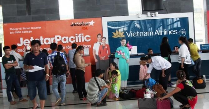 Sân bay đóng cửa, hành khách vật vờ chờ đợi