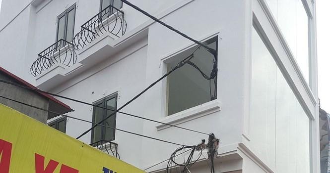 """Hà Nội: Xây nhà """"ôm"""" luôn cả cột điện công cộng"""