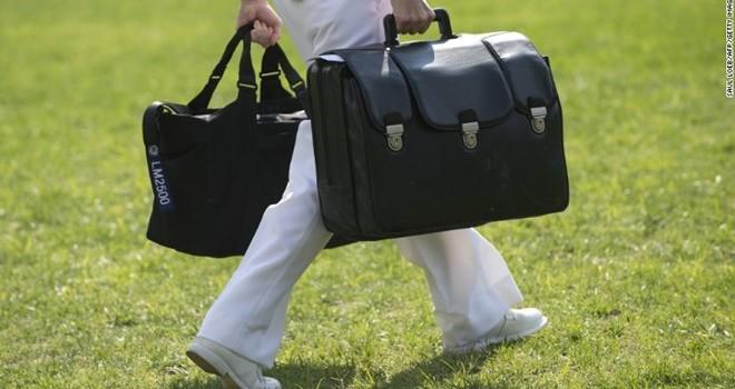 Chiếc túi đen bí ẩn không bao giờ rời xa tổng thống Mỹ quá 1m