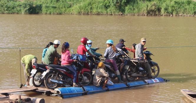 Dùng thùng phuy và dây cáp để... vượt sông mỗi ngày