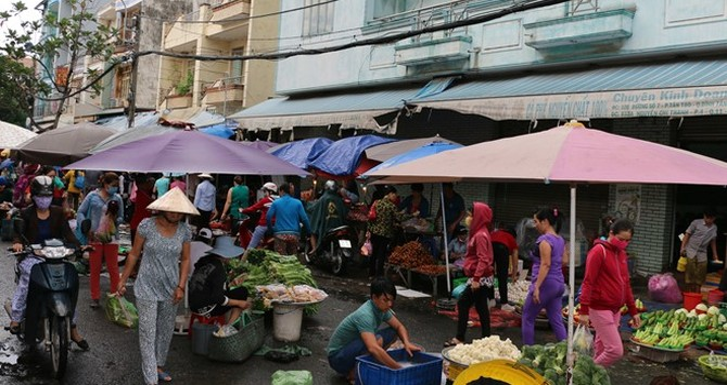 Thực phẩm, trái cây 5.000 đồng tại chợ chiều cho công nhân