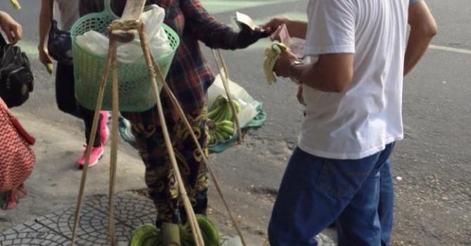 Đà Nẵng: Khách Trung Quốc hành xử vô văn hóa với chị bán chuối