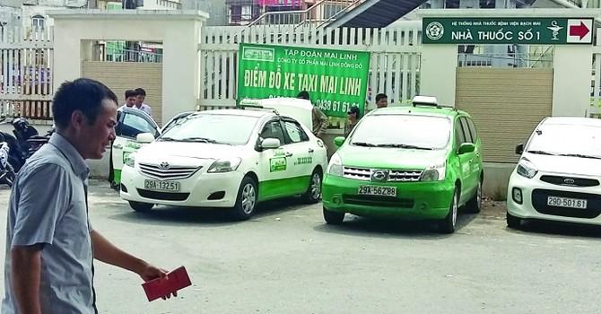 Bất chấp lệnh cấm, taxi tại bệnh viện vẫn độc quyền