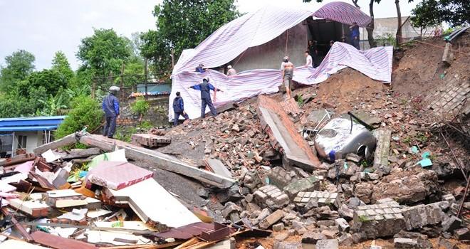 Quảng Ninh: Mưa lớn sập nhà, quốc lộ lại biến thành sông