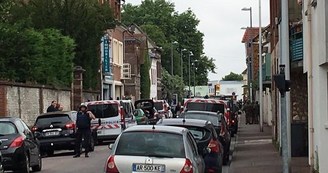 2 kẻ có vũ trang bắt giữ con tin trong nhà thờ ở Pháp