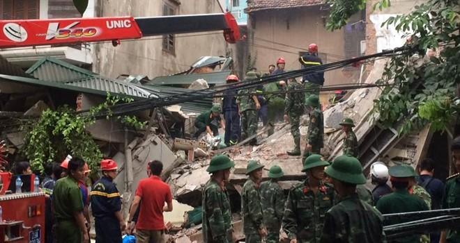 Sập nhà 3 tầng gần phố cổ Hà Nội, 2 người chết