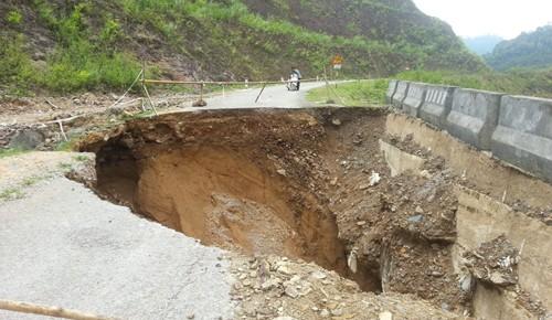 """""""Hố khổng lồ"""" chia cắt quốc lộ ở Thanh Hoá"""
