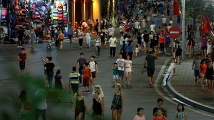 Phố đi bộ hồ Hoàn Kiếm sau 2 tuần thí điểm: Có nên cấm đường cả ngày?