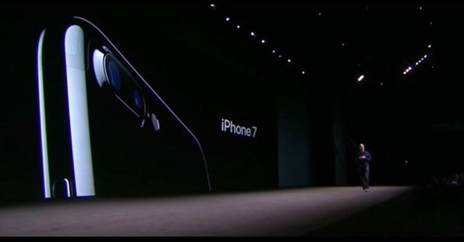 """Cổ phiếu Apple """"lên đỉnh"""" nhờ iPhone 7"""