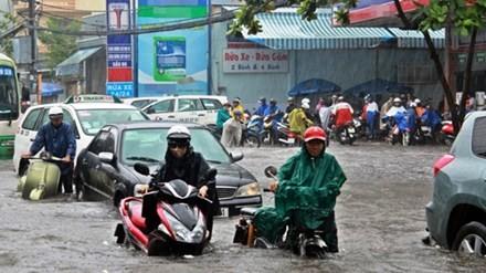 Sau mưa chồng mưa ở TP.HCM: Hàng triệu người còn bì bõm