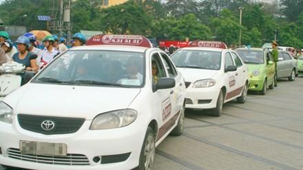 Xe khách, taxi dàn hàng trên đường