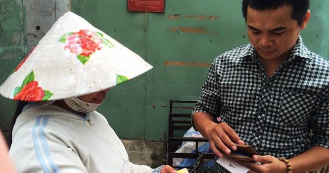 """Vé số """"triệu USD"""" lang thang phố Sài Gòn: Thần tài từ người bán dạo"""