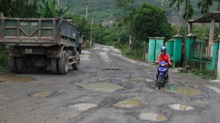 """Đà Nẵng: 12 mỏ đất đá """"hành"""" một thôn"""