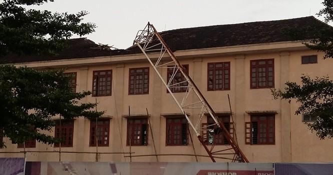 Cần cẩu đổ sập xuống sân trường, đè chết 1 học sinh