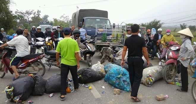 Mâu thuẫn vì đốt rác, dân chặn quốc lộ hơn 3 giờ