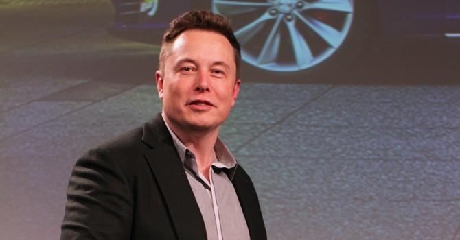 Elon Musk: Chúng ta phải biến thành máy móc hoặc bị máy móc thay thế