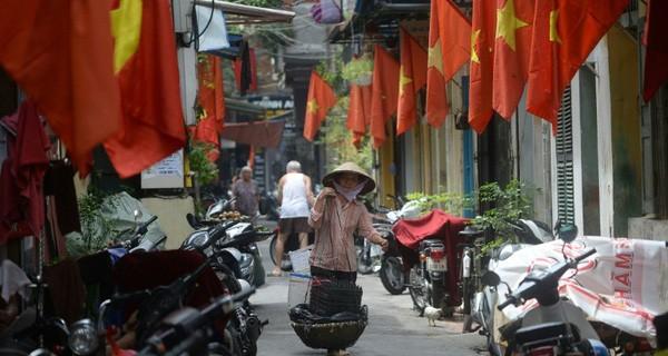 Gánh hàng rong của mẹ già trên vỉa hè và sức ép dân số Việt Nam già hóa trong mắt phóng viên báo Tây