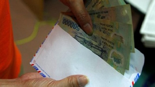 Một nhà báo bị bắt khi nhận tiền của doanh nghiệp