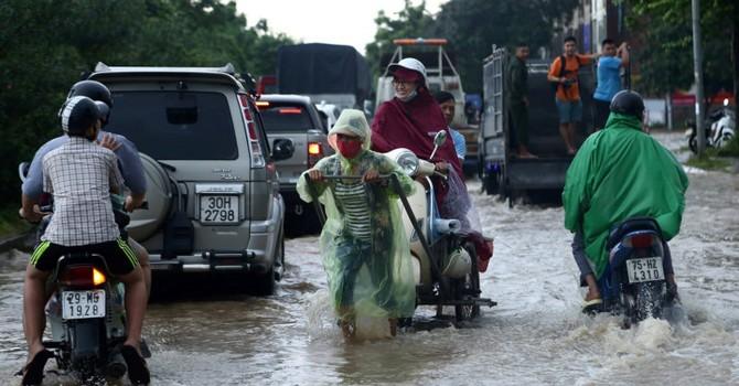 """Hà Nội: Dịch vụ """"cứu hộ"""" kiếm bộn tiền nhờ ngập"""