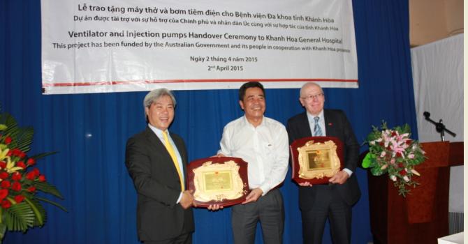 Quỹ tài trợ VinaCapital trao quà gần 1 tỷ đồng cho Bệnh viện Khánh Hòa