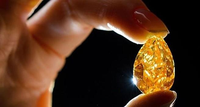 """Ngắm viên kim cương """"lửa"""" lớn nhất thế giới"""