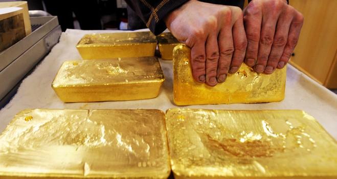 Giá vàng lập đỉnh 3 tháng nhờ giá dầu và chứng khoán lao dốc