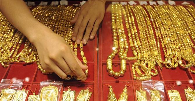 Giá vàng tăng nhờ chứng khoán bị bán tháo