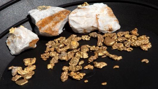 Giá vàng trượt dốc theo đà của giá hàng hóa