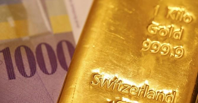 Giá vàng giảm do tăng trưởng kinh tế Mỹ chậm lại
