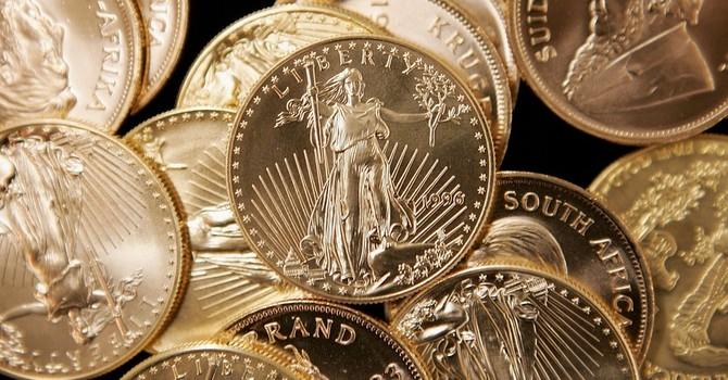 """Giá vàng chạm đáy 2 tuần """"ngóng"""" Fed hạ lãi suất"""