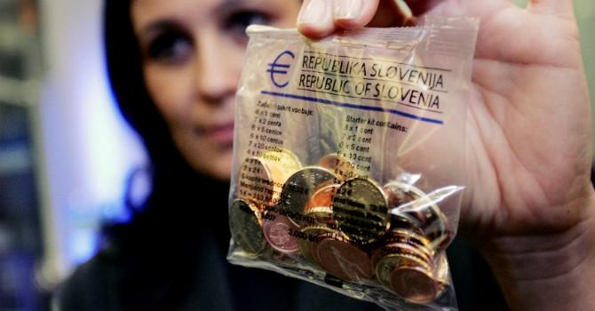"""Các ngân hàng trung ương ào ạt """"tẩu tán"""" đồng euro"""