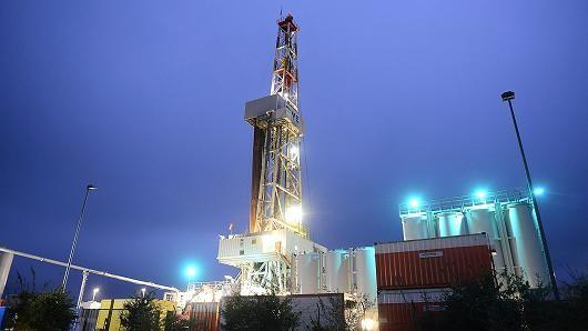 Giá dầu tăng 10% sau thỏa thuận lịch sử của OPEC
