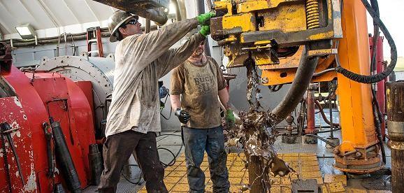 Giá dầu chốt tuần tại đỉnh cao gần 3 tháng