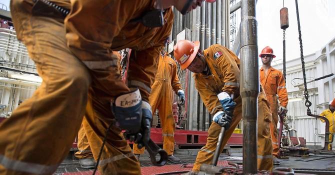 Giá dầu giảm hơn 5% sau số liệu nguồn cung tăng