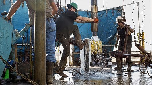Giá dầu chốt tuần giảm mạnh nhất 2 tháng