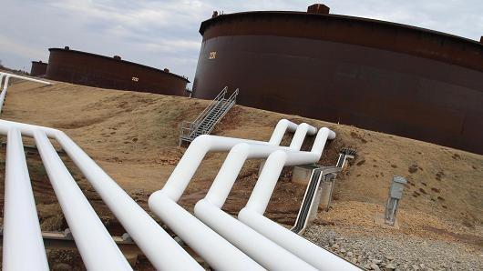 Giá dầu sụt 3% dưới sức ép tăng giá của bạc xanh