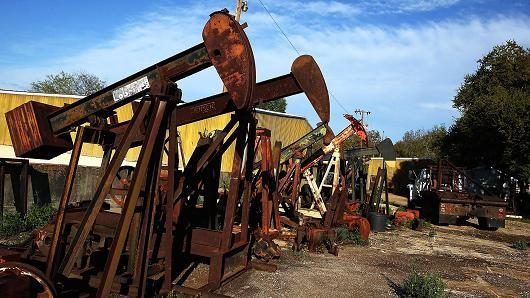 Giá dầu bật tăng sau phản ứng từ Iran trước thỏa thuận đóng băng sản lượng