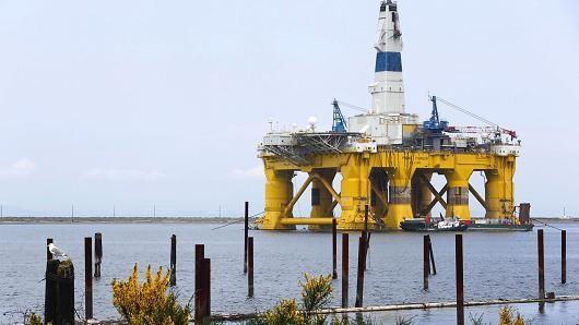 Giá dầu lên đỉnh 16 tháng sau thỏa thuận cắt sản lượng của OPEC