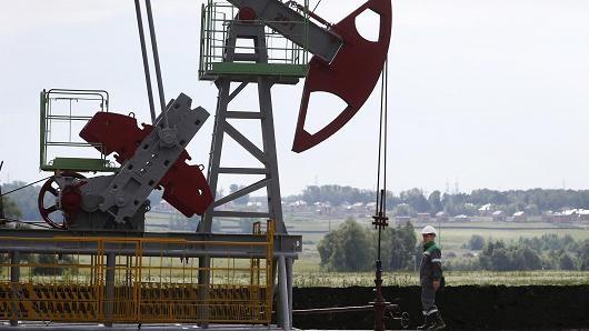 Giá dầu leo dốc mạnh trước số liệu nguồn cung giảm tại Mỹ
