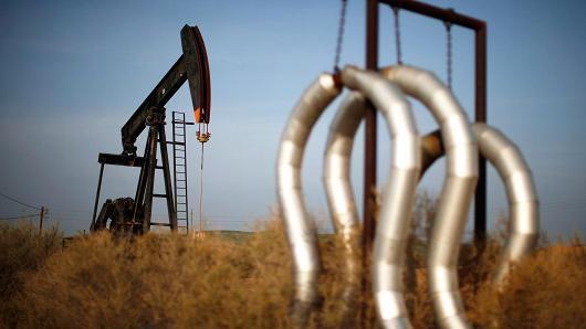 Giá dầu chốt tháng tăng 8%