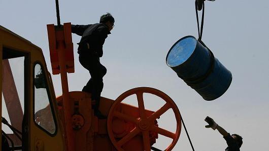 Giá dầu tiếp tục dò đáy 13 năm, mất mốc 27USD/thùng