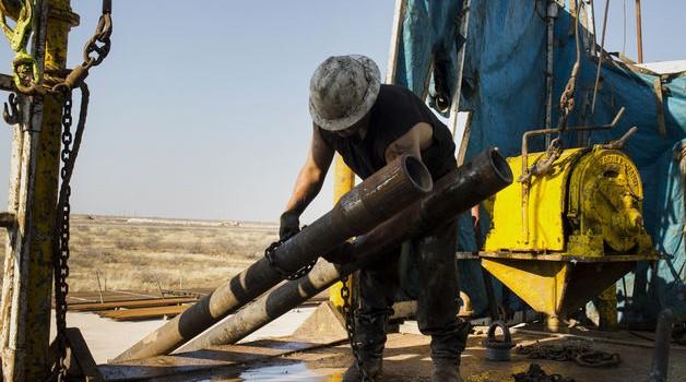 """Giá dầu """"mâu thuẫn"""" vì tin kinh tế và nhận định của Fed"""